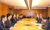 Bộ trưởng Hoàng Tuấn Anh tặng Truyện Kiều cho các chính khách Hoa Kỳ