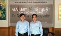 Thứ trưởng Ngoại giao Hồ Xuân Sơn thăm phòng tranh  của Hoạ sỹ Đỗ Ngọc Dũng