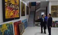 Thứ Trưởng Bùi Thanh Sơn xem phòng tranh của Hoạ sỹ Đỗ Ngọc Dũng