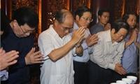 Các đồng chí lãnh đạo Quốc hội, Chính phủ dâng hương tưởng niệm các Vua Hùng