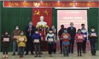 Tổ chức Overseas Kids Foundation (OKF/Úc)  trao học bổng  cho học sinh huyện Hạ Hòa.